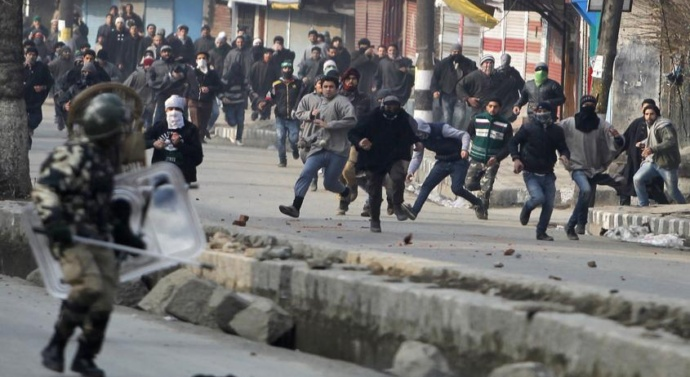 Kashmir valley unrest: 500 trained stone-pelters leave for Kashmir to fight alongside Army