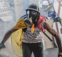 Venezuela protests: Passport of opposition leader Capriles 'seized'