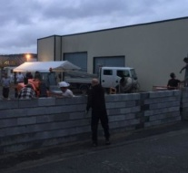 France migrants: Protesters build wall around shelter