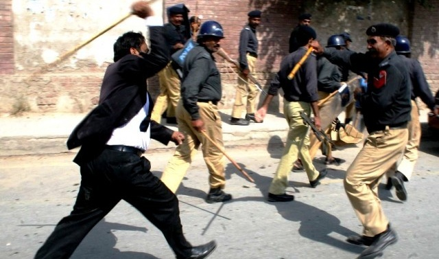 Pakistan: Over 30 lawyers booked for 'manhandling' police