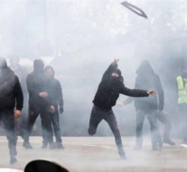 Police and anti-migration protesters clash in Brussels