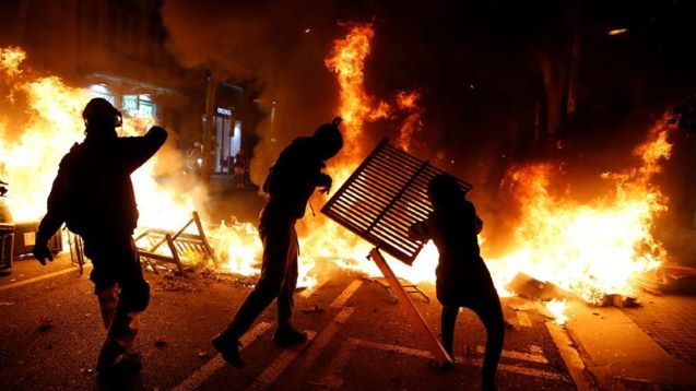 Barcelona police and separatist protesters clash for second night