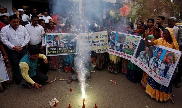 Indian police kill four men suspected of rape, murder, drawing applause and concern
