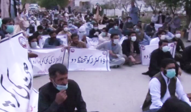 Pakistan: Police baton-charge, arrest young doctors  during protest against lack of PPEs